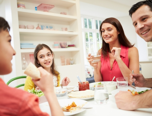 ¿Es malo beber agua mientras comes?